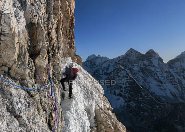 Népal, Himalaya, Solo Khumbou, Ama Dablam South West Ridge, l'alpiniste escalade des roches — Photo de stock