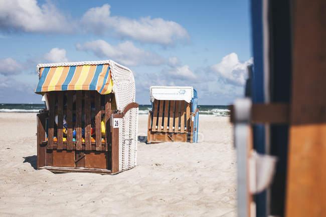 Німеччина, Мекленбурзі-передній Померанії, Warnemuende, закритого типу з капюшоном пляжні шезлонги на пляжі — стокове фото