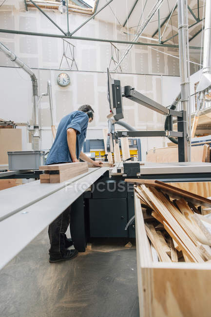 Carpenter working with saw — Stock Photo