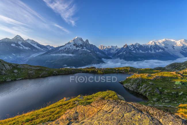France, Mont Blanc, Lac Cheserys, montagne et lac au lever du soleil — Photo de stock