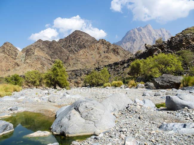 Omã, as Montanhas Hajar Al, Wadi, o curso do rio seco — Fotografia de Stock
