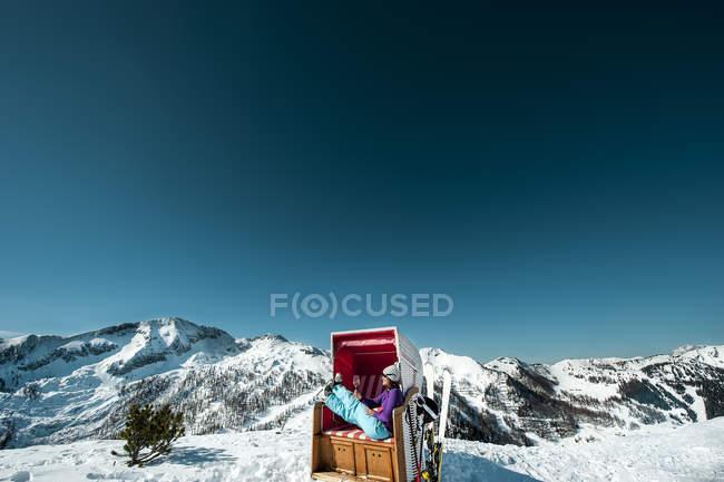 Лижник Австрії, Altenmarkt-Zauchensee, сидячи в кріслі з капюшоном пляжу в горах — стокове фото