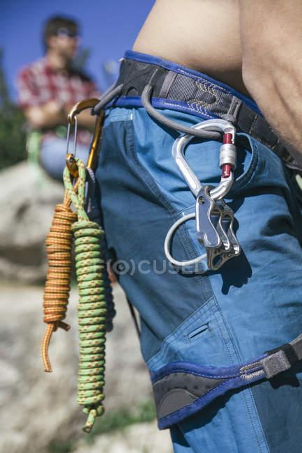 Мотузки і карабином в збруя альпініст — стокове фото