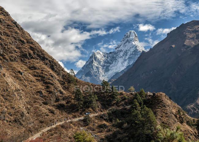 Nepal, Himalaia, Solo Khumbu, Ama Dablam, região do Everest com picos cobertos de neve sob nuvens — Fotografia de Stock