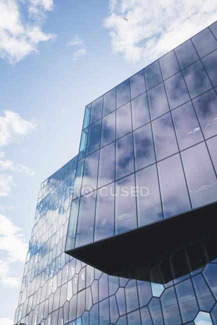 Blick auf die Fassade der Harpa-Konzerthalle bei Tag, Reykjavik, Island — Stockfoto