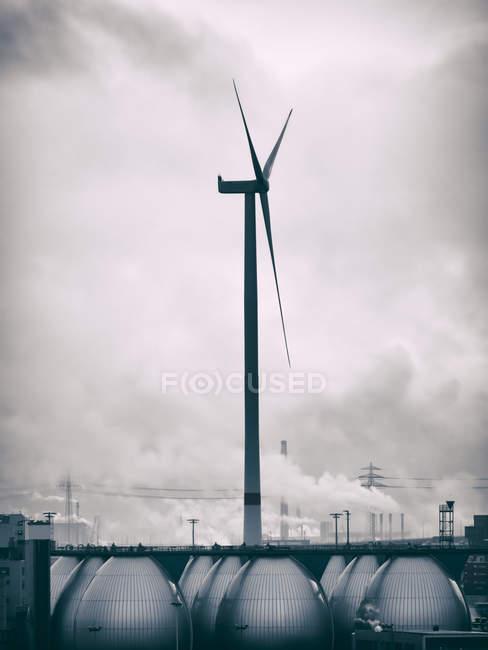 Alemanha, Hamburgo, área industrial e roda de vento — Fotografia de Stock