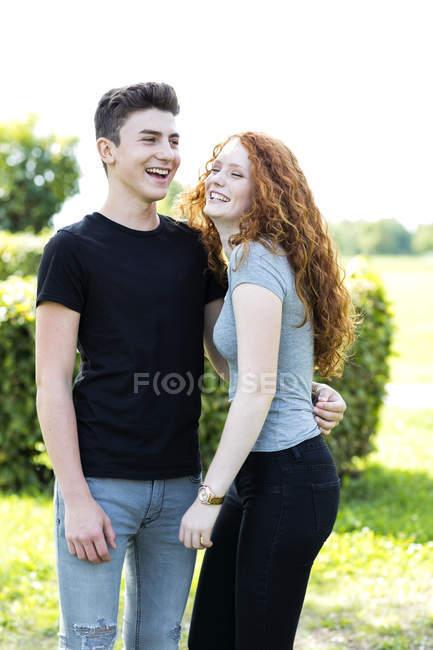 Счастливая пара подростков на открытом воздухе — стоковое фото