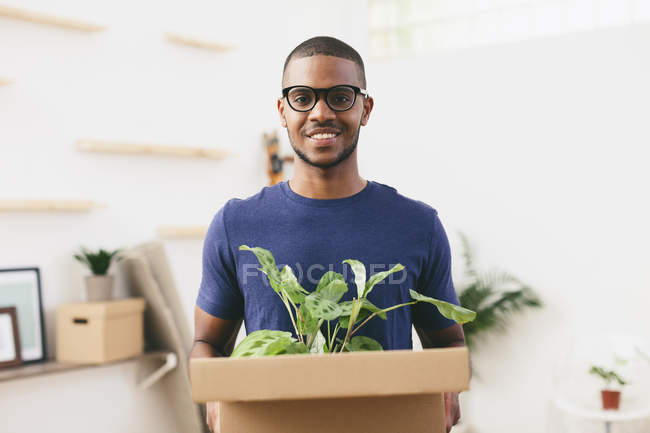 Man moving in new home — Stock Photo