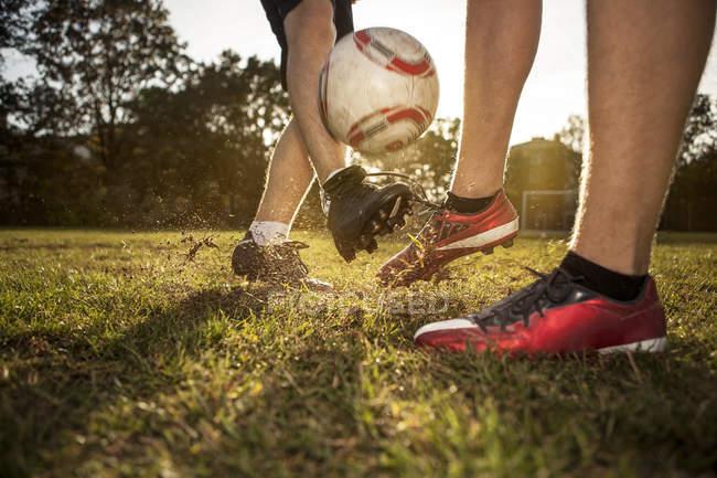 Beine von Fußballern auf dem Fußballplatz — Stockfoto