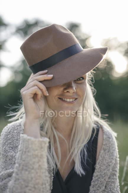 Портрет девушки в шляпе на летнем поле — стоковое фото