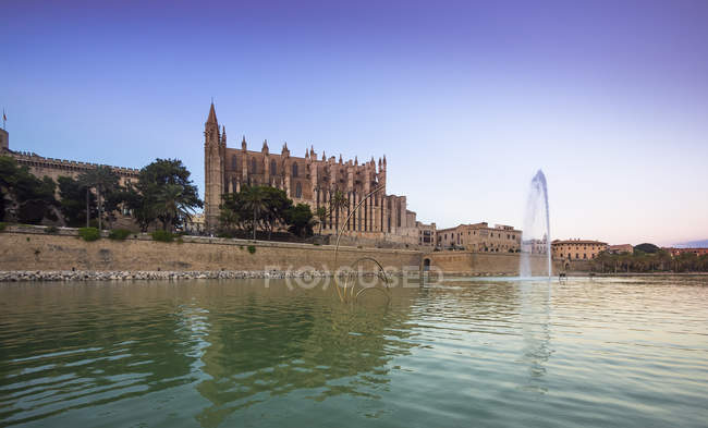 Spain, Mallorca, Palma, Fountain near La Seu cathedral and Palau de Almudaina — Stock Photo