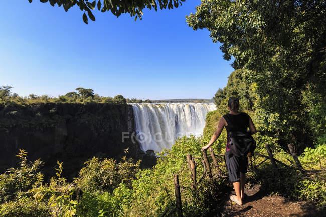 Südliches Afrika, Simbabwe, Touristen auf der Suche an den Victoria Fällen — Stockfoto