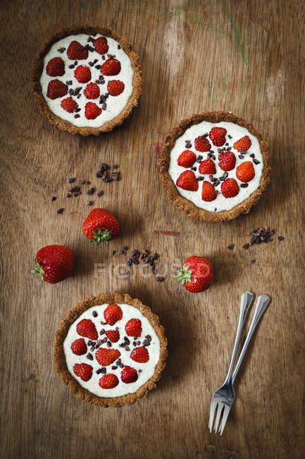 Tartelets integrale della fragola con salsa di cioccolato bianco canapa — Foto stock