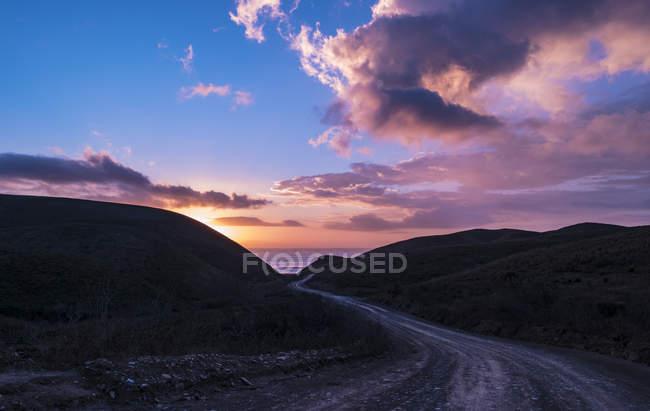 Route de la côte atlantique dans la soirée — Photo de stock