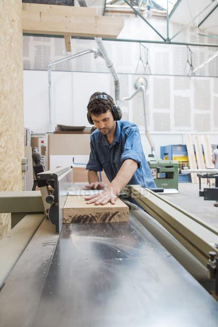 Tischler arbeiten mit Sägen Maschine — Stockfoto