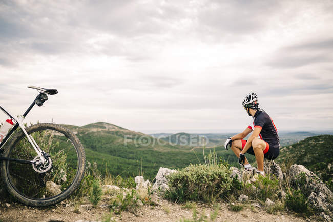 Spagna, Tarragona, Mountain bike con una pausa in terreni estremi — Foto stock