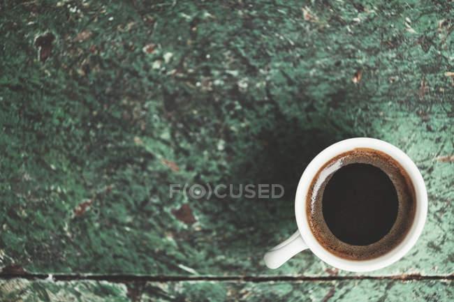 Традиционный турецкий кофе в белой чашке, вид сверху — стоковое фото