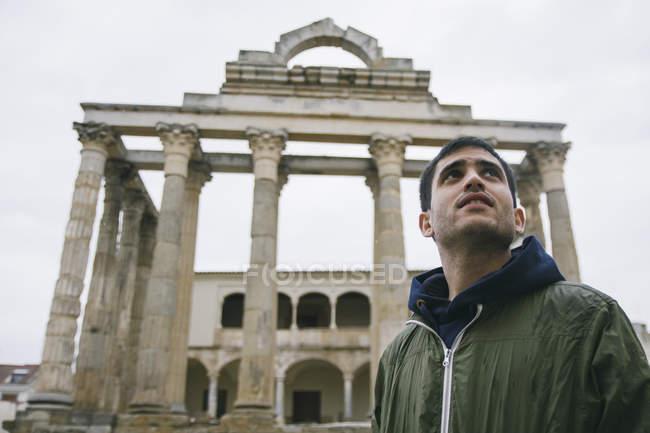 Espagne, Mérida, portrait de l'homme devant les ruines romaines — Photo de stock