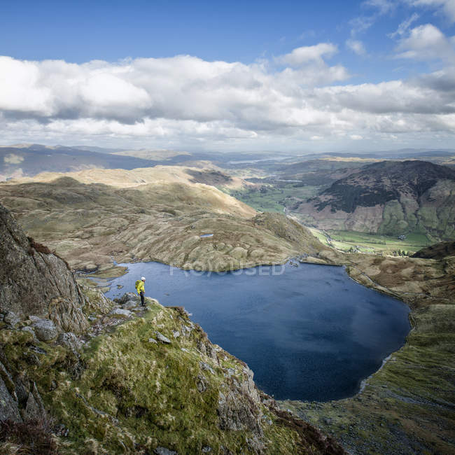 Англия, Камбрия, Озерный, Langdale Пейви ковчег и Stickle Тарн, Джек рейк, альпинист — стоковое фото
