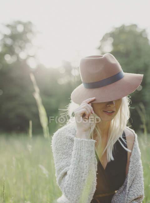 Девочка-подросток в шляпе на улице — стоковое фото