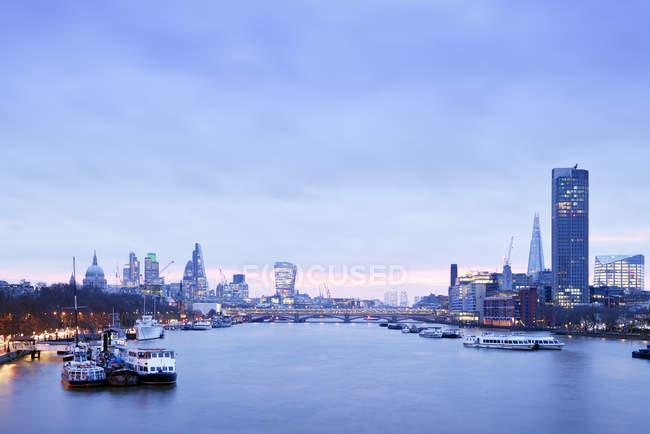 Orizzonte di UK, Londra, con fiume Tamigi all'alba — Foto stock