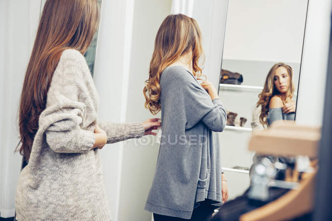 Two young women shopping in a boutique — Stock Photo