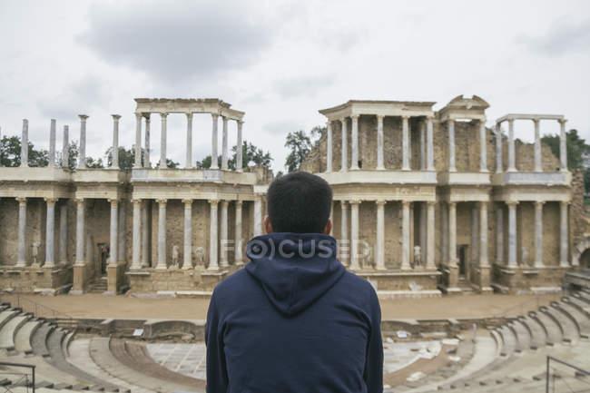 Іспанії, Меріда, задній вид на людину сидячи перед римський театр — стокове фото