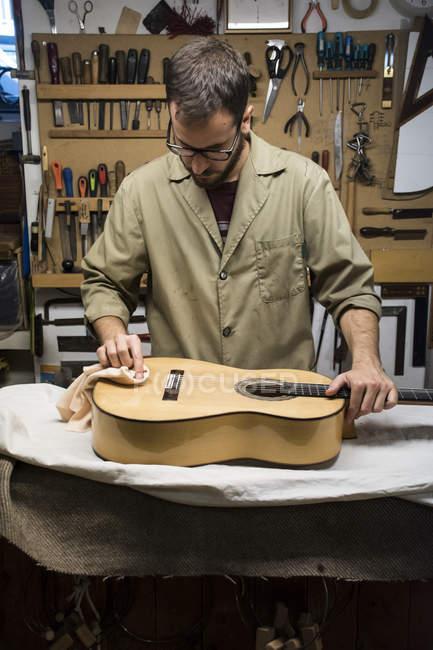 Geigenbauer bei der Arbeit in seiner Werkstatt — Stockfoto
