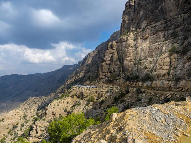 Oman, Bilad Sayt, jipes em movimento para Wadi Bani Awf — Fotografia de Stock