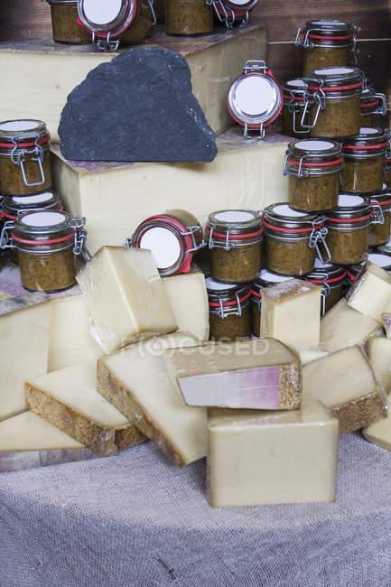Жорсткий штук сиру і джеми на столі на фермера ринку — стокове фото