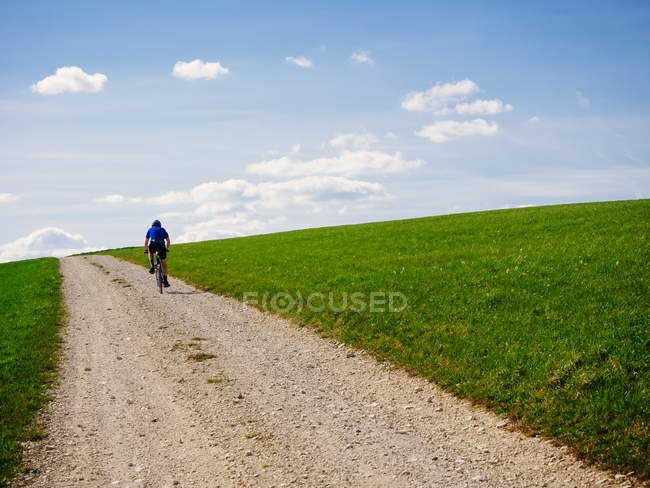 Black Forest, man riding bicycle on a hiking trail — Stock Photo