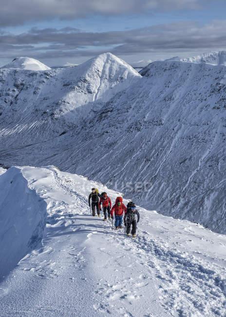 Scotland, Glencoe, Buachaille Etive Beag, Stob Dubh, mountaineering in winter — Stock Photo
