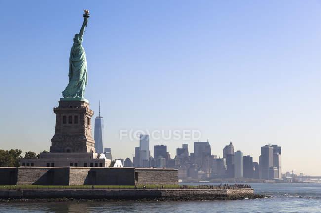 Stati Uniti d'America, New York, Statua della Libertà sull'acqua — Foto stock
