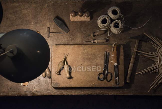 Інструменти і Шпагат рулонах на деревини таблиці у семінарі — стокове фото