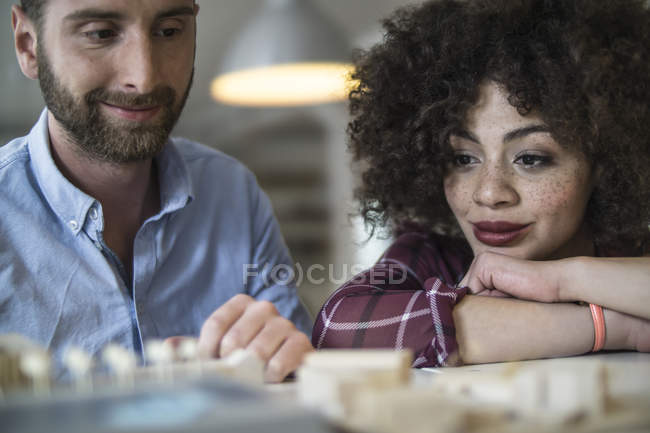 Homme et femme souriants dans un bureau moderne — Photo de stock