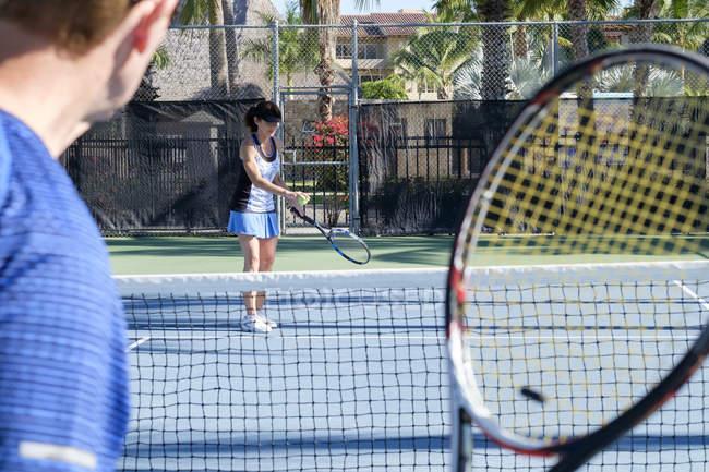 Casal sênior jogando tênis — Fotografia de Stock