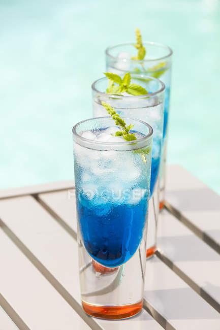 Cóctel con licor de curazao azul - foto de stock