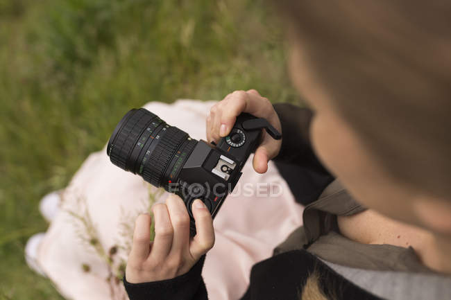 Close up of Woman with camera in nature — Stock Photo