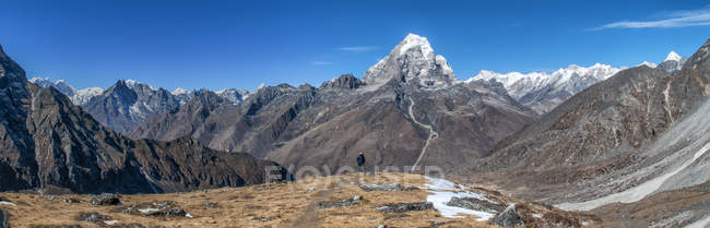 Nepal, Himalaya, Solo Khumbu, Taboche Peak, man hiking in the mountains — Stock Photo