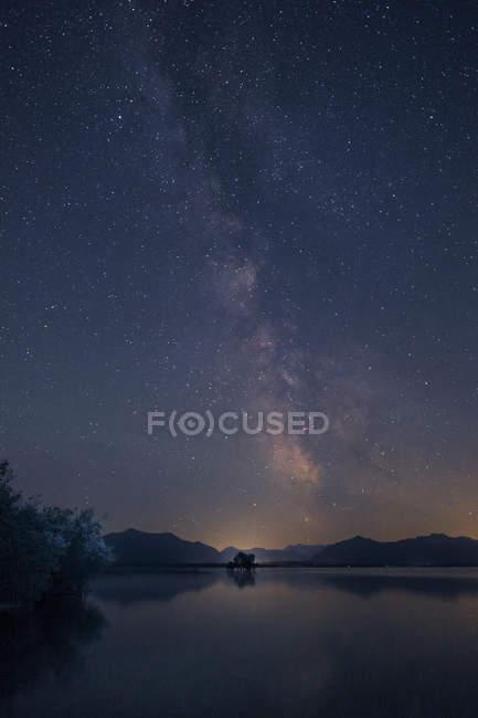 Germany, Bavaria, Chiemgau, Lake Chiemsee at night, starry sky — Stock Photo
