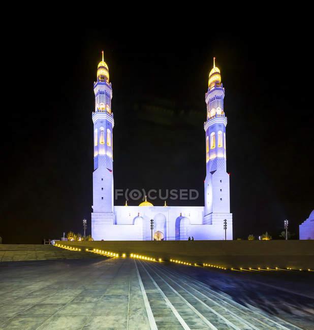 Oman, Muscat, Mohammed Al Ameen Mosque à noite — Fotografia de Stock