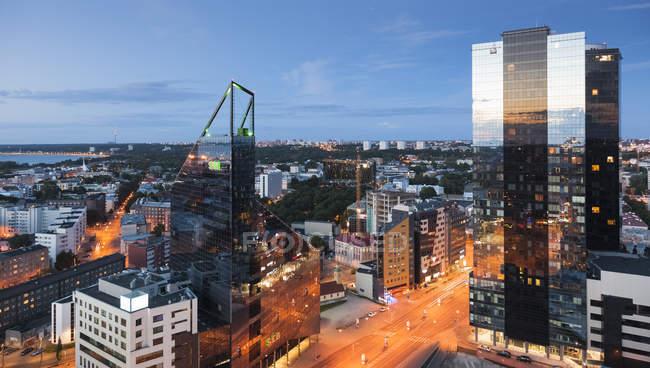 Estonie, Tallinn, vue sur la ville le soir et la circulation sur la route — Photo de stock