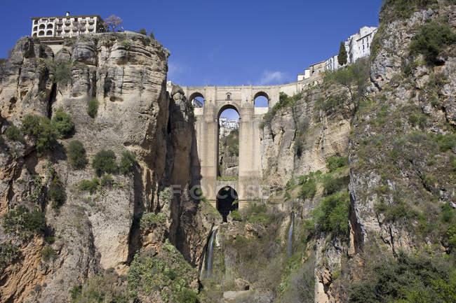 España, Andalucía, Ronda, Puente Nueve en El Tajo durante el día - foto de stock