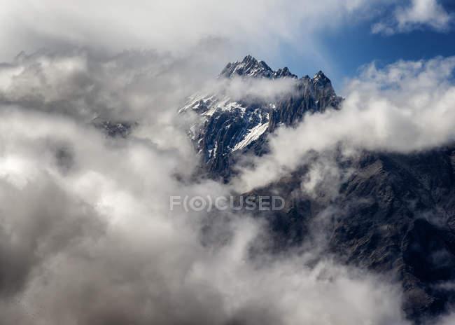 Непал, Аннапурна, Muktinath, залізнична дорога Нілгірі Хима та хмари денний час — стокове фото