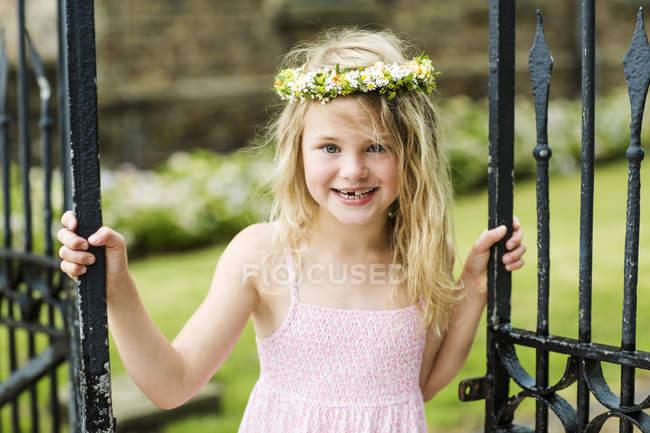 Дівчата носіння квітковий вінок — стокове фото