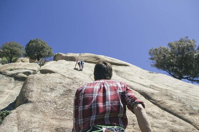 Climber securing a climber woman during climbing — Stock Photo