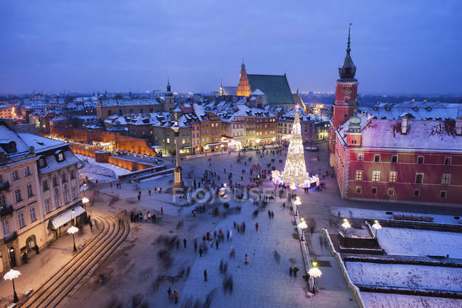 Poland, Warsaw, view to Castle Square with lighted Christmas tree at historic city centre by night — Stock Photo