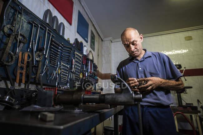 Zuversichtlich Mechaniker arbeiten in Werkstatt — Stockfoto