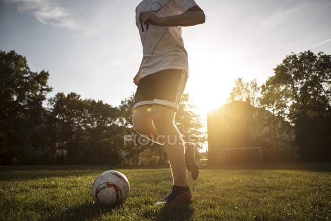 Niedrigen Winkel Ansicht Teenager-jungen spielen Fußball auf Spielplatz — Stockfoto