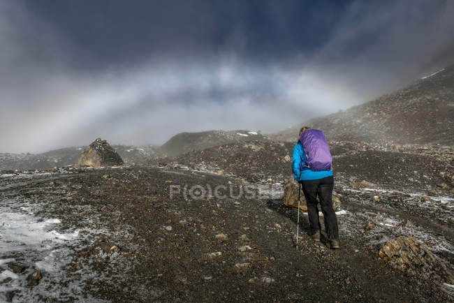 Nepal, Annapurna, Thorong La, female hiker climbing in mountains — Stock Photo